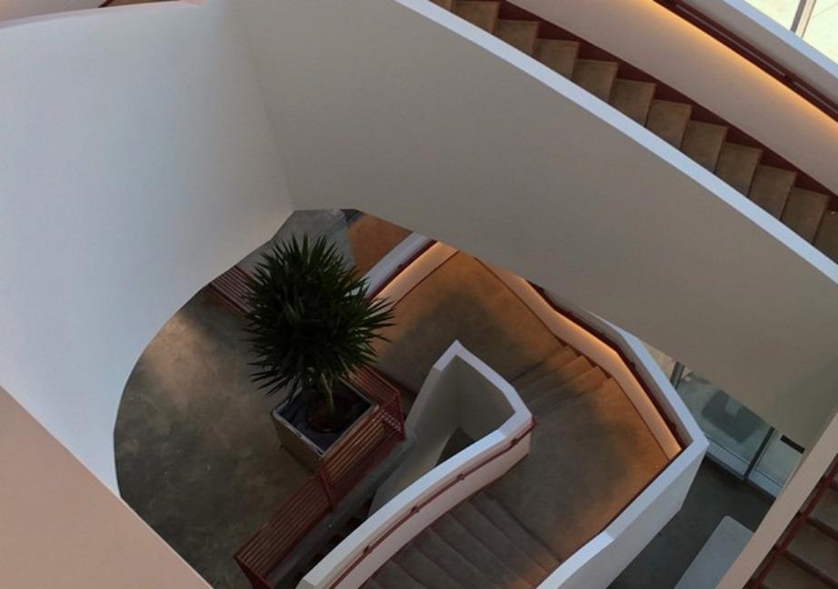 Τα στριφογυριστά σκαλιά του κτιρίου δεν έχουν να μας πουν κάτι (αρχιτεκτονικά).