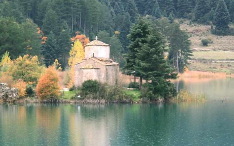 Η λίμνη Δόξα είναι μια από τις ομορφότερες της Ελλάδας.