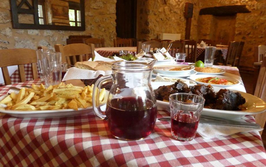 Αν σας αρέσει το καλό φαγητό θα λατρέψετε όλα τα πιάτα που θα δοκιμάσετε σε αυτό το όμορφο χωριό.
