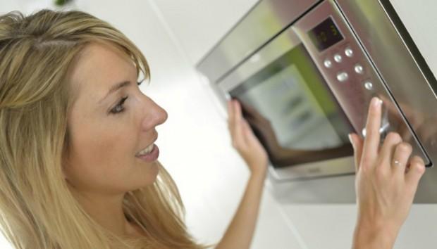 Τι Συμβαίνει στο Φαγητό σας όταν το Βάζετε στο Φούρνο Μικροκυμάτων