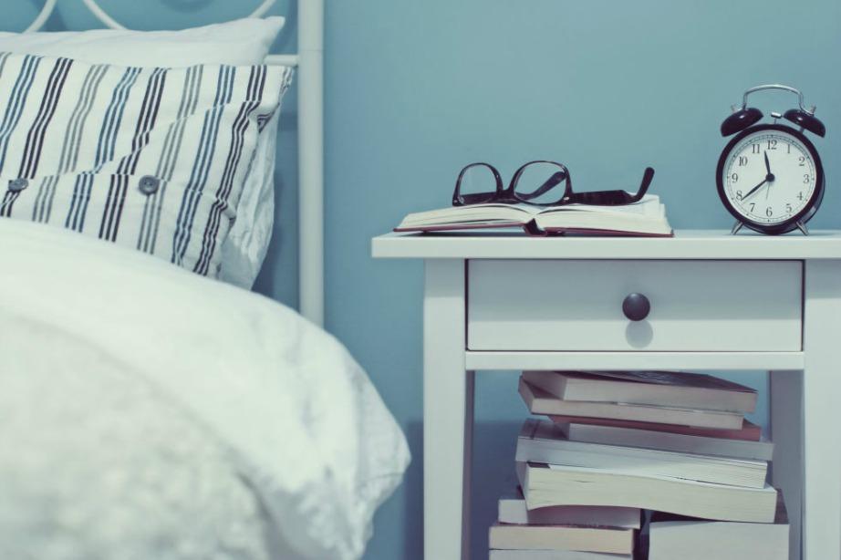 Καλύτερα να μην βλέπετε τηλεόραση πριν κοιμηθείτε γιατί θα σας κουράσει. Προτιμήστε να διαβάσετε ένα βιβλίο.