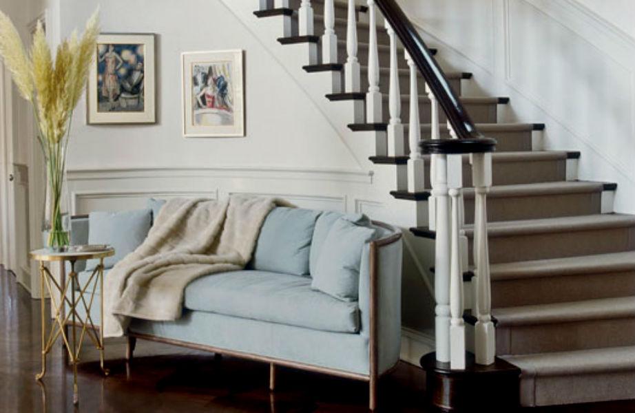 Η τεράστια λευκή σκάλα στην είσοδο της έπαυλης κλέβει τις εντυπώσεις.