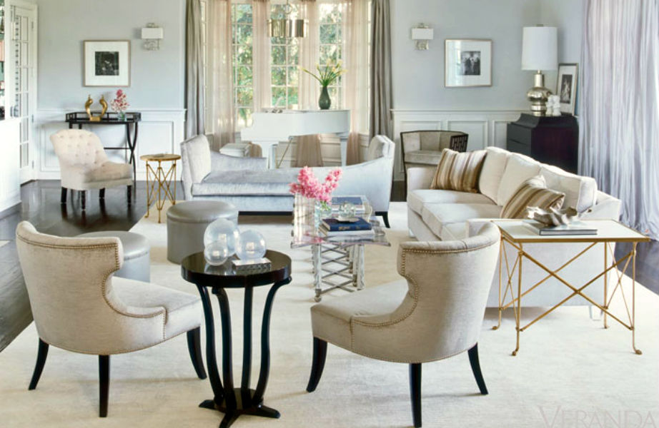 Το κεντρικό καθιστικό του σπιτιού είναι λευκό με χρυσές και μαύρες λεπτομέρειες κι εμείς το βρίσκουμε υπέροχο.
