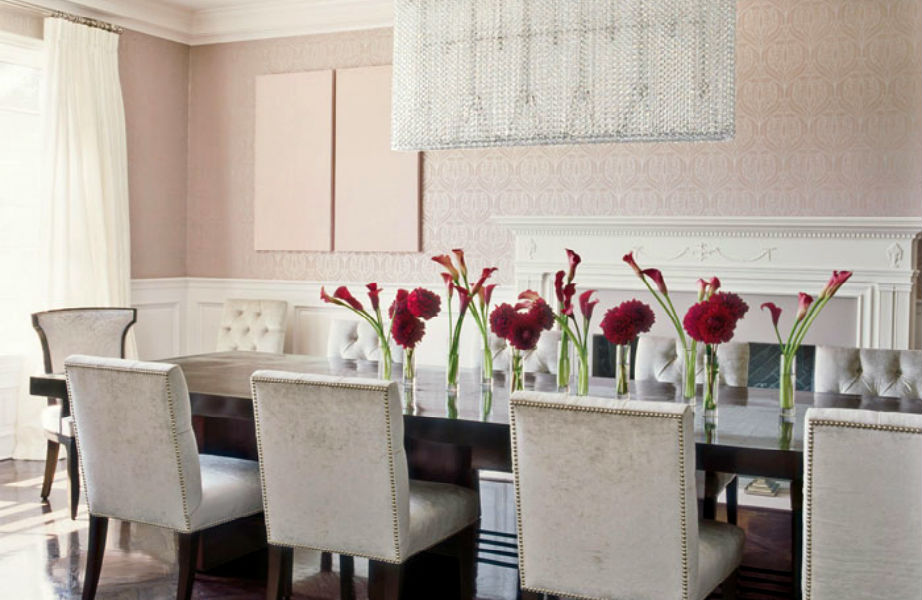 Τα φρέσκα λουλούδια χαρίζουν ζωή και χρώμα στην τραπεζαρία.