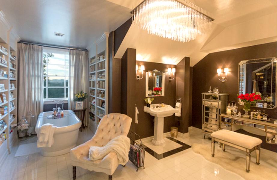 Μόνο σε ένα τόσο μεγάλο μπάνιο θα μπορούσε να ετοιμάζεται μια σωστή σταρ όπως η Jennifer Lopez!