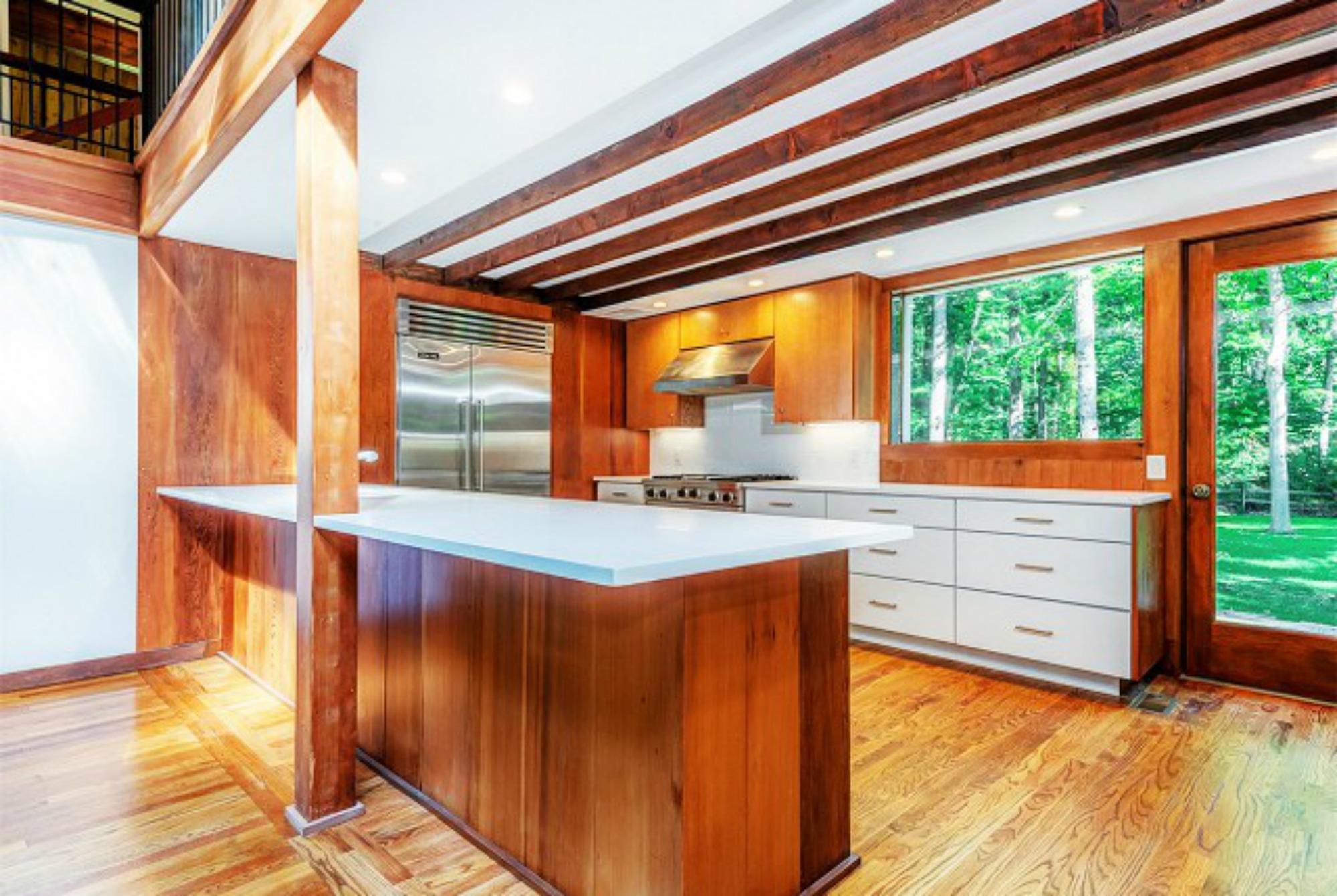 Η κουζίνα αλλά και όλο το σπίτι είναι φτιαγμένο εσωτερικά με πολύ καλής ποιότητας ξύλο.