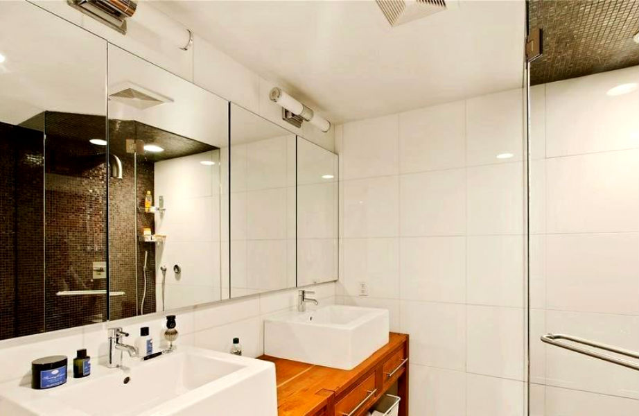 Το μπάνιο του τεράστιου υπνοδωματίου διαθέτει ντους...