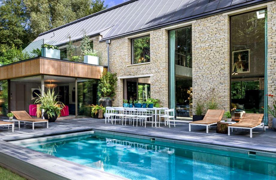 Ψηλοτάβανο, με τεράστια πισίνα και ξύλινη βεράντα, αυτό το σπίτι μόνο (πρώην) αχυρώνα δε μας θυμίζει!
