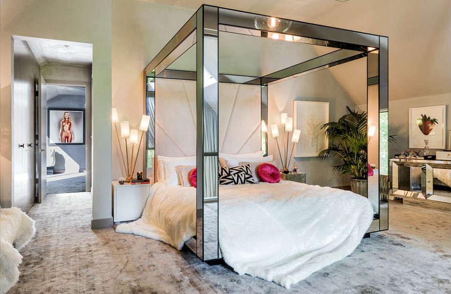 Στο εντυπωσιακό μάστερ υπνοδωμάτιο κυριαρχούν οι γκρι και ασημί αποχρώσεις.