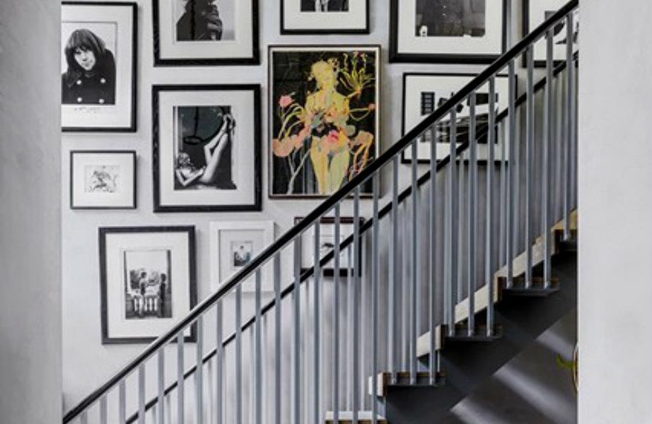 Φωτογραφίες κι έργα τέχνης των Damien Hirst, Allen Jones, Chris Allen διακοσμούν όλες τις γωνιές του σπιτιού.