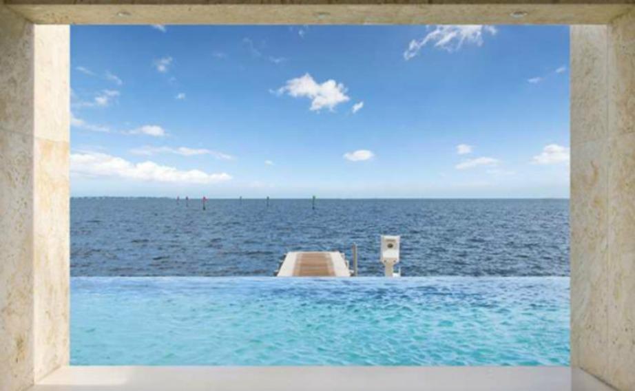 Η πισίνα από αυτή την πλευρά φαίνεται σαν να είναι εννιαία με τη θάλασσα.