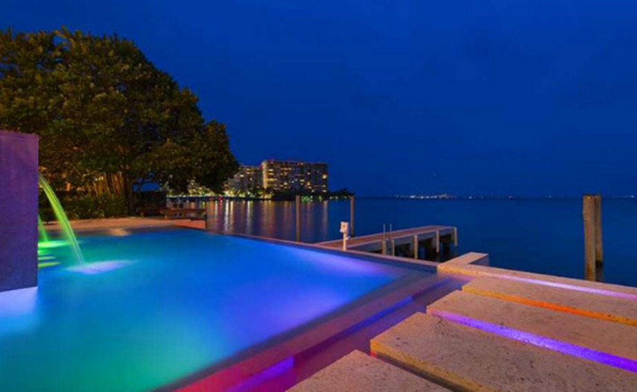 Η θέα από τη πισίνα το βράδυ είναι εκπληκτική.