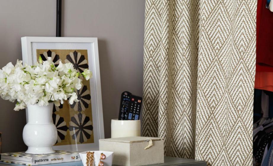 Αν η πόρτα της ντουλάπας δεν ανίγει εύκολα στο μικρό υπνοδωμάτιό σας, τότε απλά βγάλτε την και βάλτε στη θέση της μια όμορφη κουρτίνα.