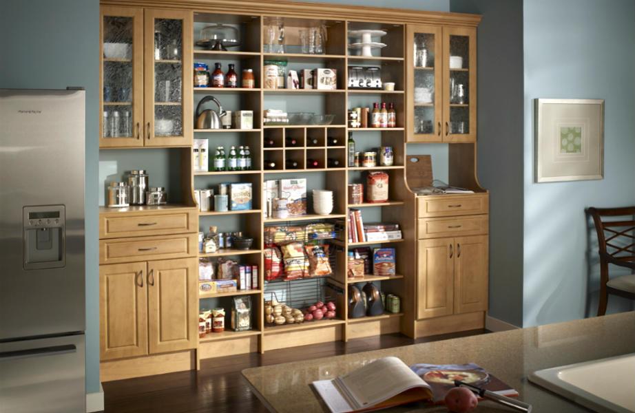 Εντάξει, δε χρειάζεται να αφιερώσετε ένα ολόκληρο... τοίχο για να αποθηκεύσετε συγκεντρωτικά τα τρόφιμά σας-ένα μεγάλο ντουλάπι φτάνει!