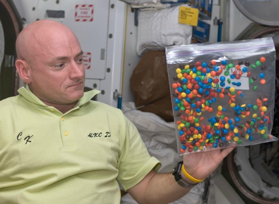 Σε κάθε αποστολή στο διάστημα υπάρχουν συνήθως σακούλες με καραμέλες M&M's.