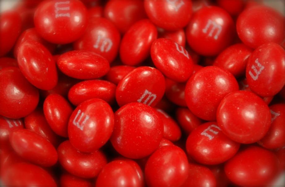 Τα κόκκινα M&M's σταμάτησαν να παράγονται γιατί είχε ανακοινωθεί πως φαγητά με κόκκινη βαφή είναι καρκινογόνα.