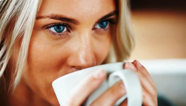 Όλα όσα Πρέπει να Ξέρετε για το Ζεστό Νερό που Πίνουν Όλοι
