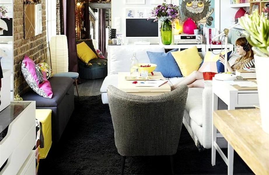 Η designer ψήφισε λευκό γα τους τοίχους του σπιτιού της και χρώμα για τα διακοσμητικά αξεσουάρ και τα μικρά έπιπλα.