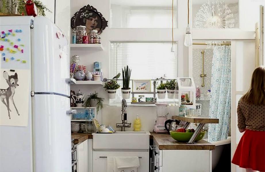 Τα ανοιχτά ράφια μεγαλώνουν τη μικρή κουζίνα του διαμερίσματος.