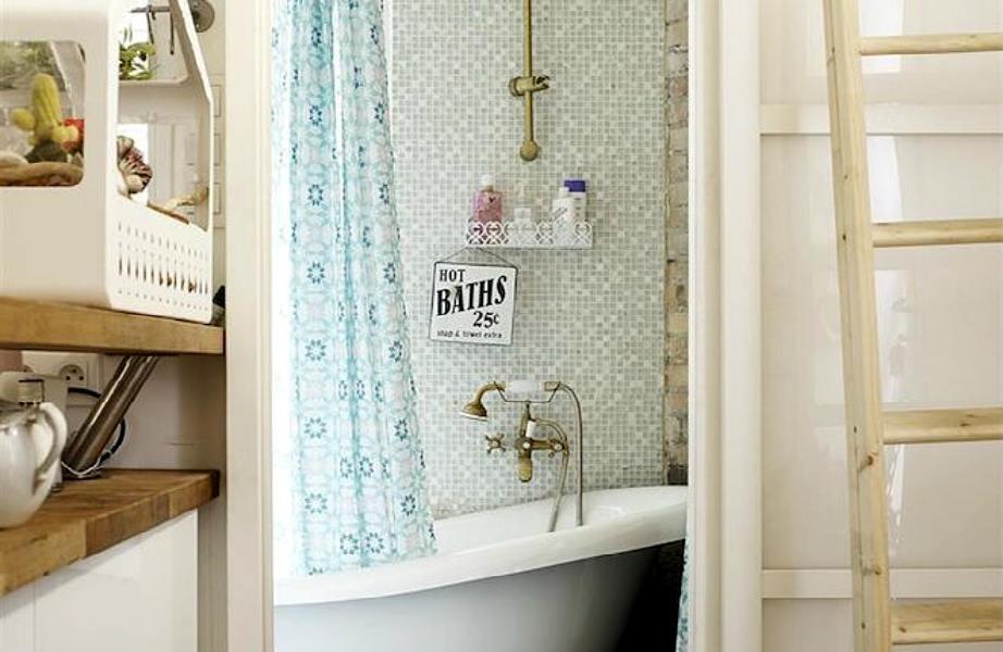Η... ψηλή κουρτίνα χαρίζει ύψος στο μπάνιο.