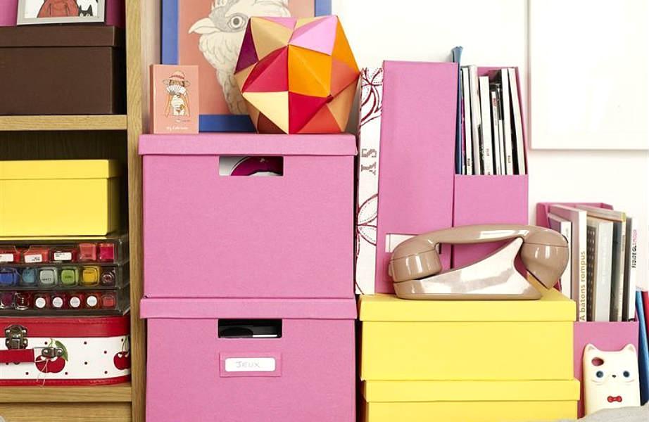 Η Éléonore έβαλε χρώμα ακόμα και στα κουτιά που χρησιμοποιεί ως αποθηκευτικούς χώρους για να δώσει παιχνιδιάρικο ύφος στο διαμέρισμα.