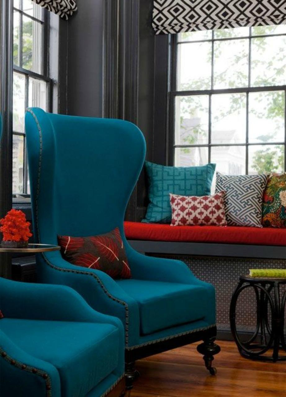 Οι πετρόλ πολυθρόνες θα δώσουν στιλ και χρώμα στο σαλόνι σας.
