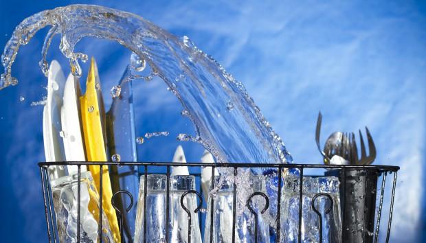 Πώς να Διώξετε Γρήγορα τις Άσχημες Μυρωδιές από το Πλυντήριο Πιάτων (VIDEO)
