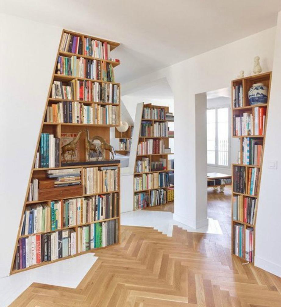 Σε αυτό το σπίτι οι τοίχοι έχουν προεκταθεί και έχουν φτιαχτεί στη συνέχεα τους βιβλιοθήκες.