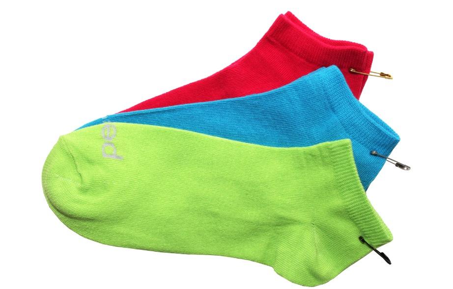 Ενώστε τις κάλτσες ανά ζεύγος για να μην χαθούν στο πλύσιμο.