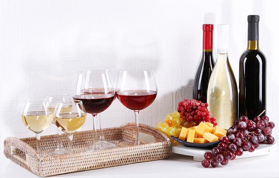 Δημιουργήστε μια όμορφη γωνιά με δίσκους, ποτήρια και ποτά έτσι ώστε οι καλεσμένοι σας να σερβίρονται άνετα.