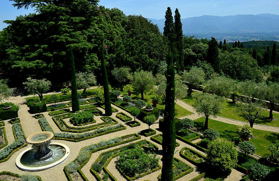 """O κήπος του παλατιού """"μιμείται"""" τους περίφημους κήπους της Σεβίλλης και μοιάζει με λαβύρινθο και κήπους παλαιών βασιλείων."""