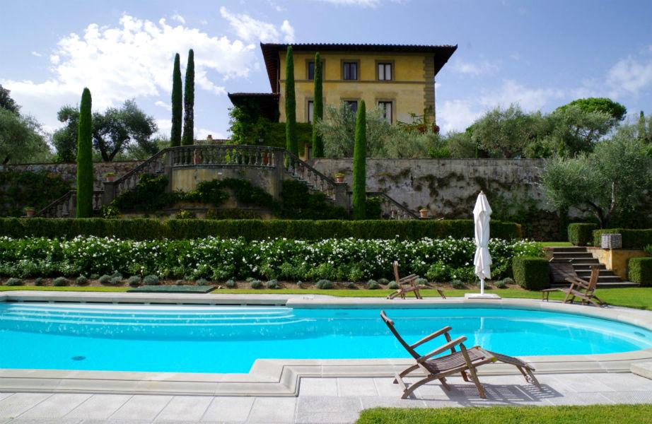 Η τεράστια εντυπωσιακή πισίνα διατηρεί το παραδοσιακό ύφος του παλατιού.