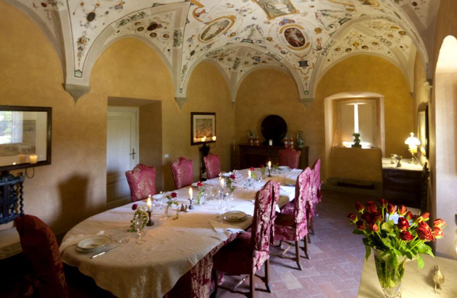 Σε αυτήν την εντυπωσιακή τραπεζαρία υποδέχεται ο Sting τους καλεσμένους του για δείπνο!