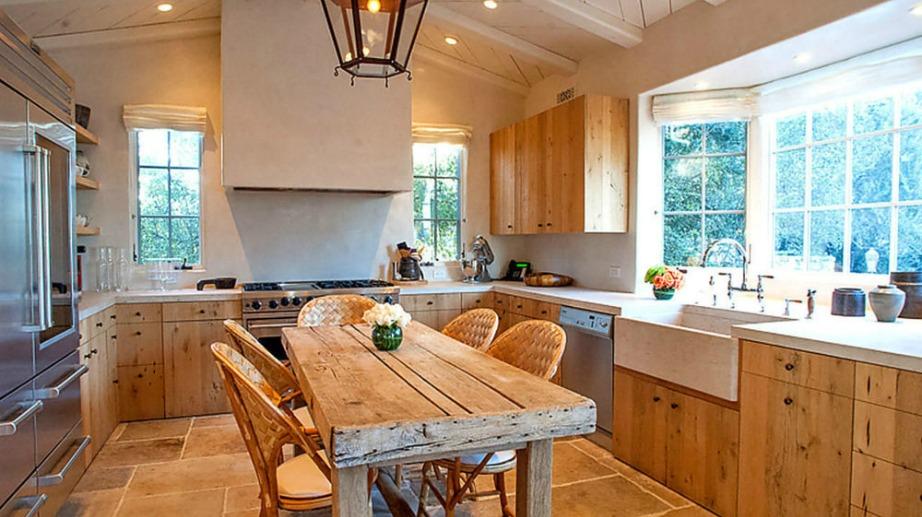 Η κουζίνα είναι διακοσμημένη σε ρουστίκ στιλ.