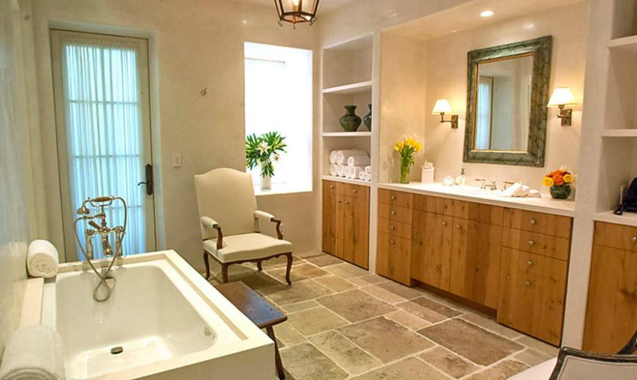 Στο μπάνιο κυριαρχεί το ξύλο από δρυς και η διακόσμηση είναι μίνιμαλ.