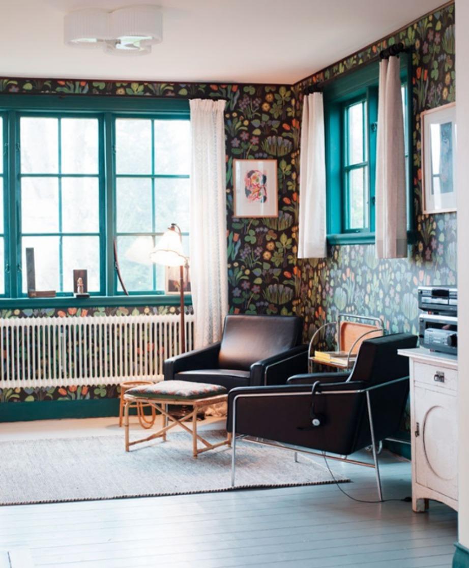 Τα πετρόλ κουφώματα σε αυτό το σπίτι στη Σουηδία δένουν όμορφα με την ιδιαίτερη ταπετσαρία.