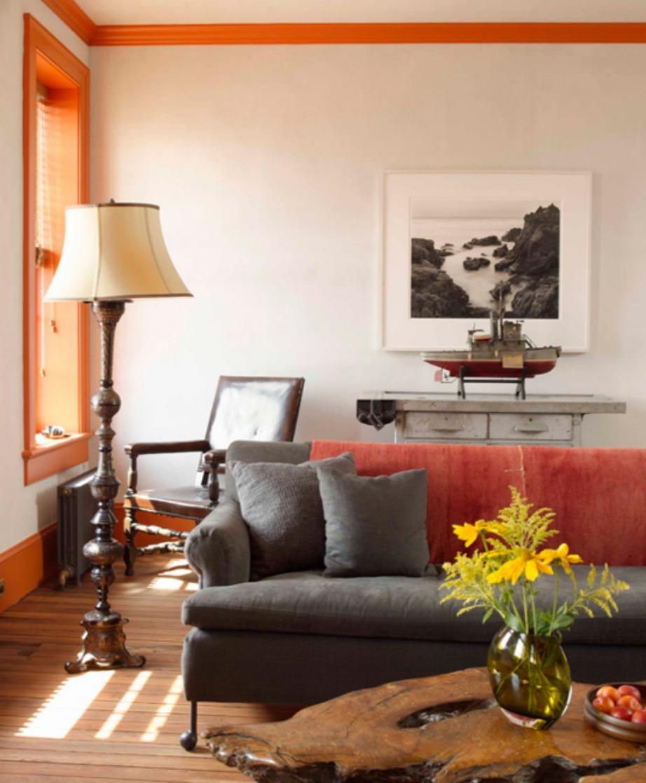 Το πορτοκαλί στα κουφώματα συνδυάστηκε με τα μαξιλάρια του καναπέ, σε αυτό το σπίτι στο Μπρούκλιν.