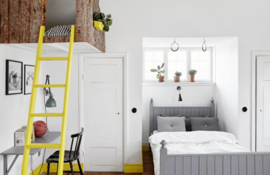 Σε αυτό το σπίτι, στη Σουηδία, επιλέχθηκε ένα έντονο κίτρινο για τα τελειώματα των τοίχων, ενώ η σκάλα που υπάρχει μέσα στο υπνοδωμάτιο, βάφτηκε και αυτή κίτρινη.