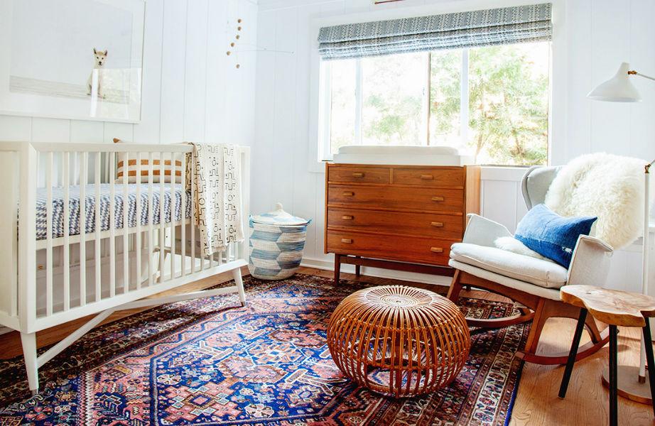 Ένα όμορφο, ξεχωριστό χαλί ή ένα διαφορετικό υποπόδιο αρκούν για να δώσουν χαρακτήρα και στιλ στο βρεφικό υπνοδωμάτιο.