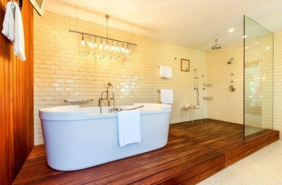 Στο μπάνιο κυριαρχεί το ξύλο και το λευκό χρώμα