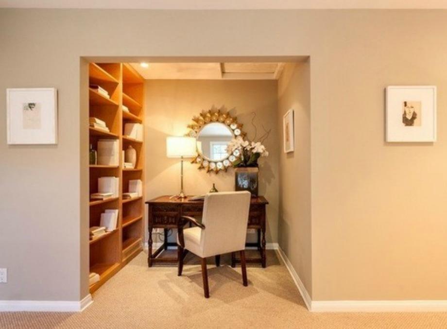 Το δεύτερο γραφείο του παρουσιαστή έχει πολύ εντυπωσιακή διακόσμηση και όμορφο φωτισμό