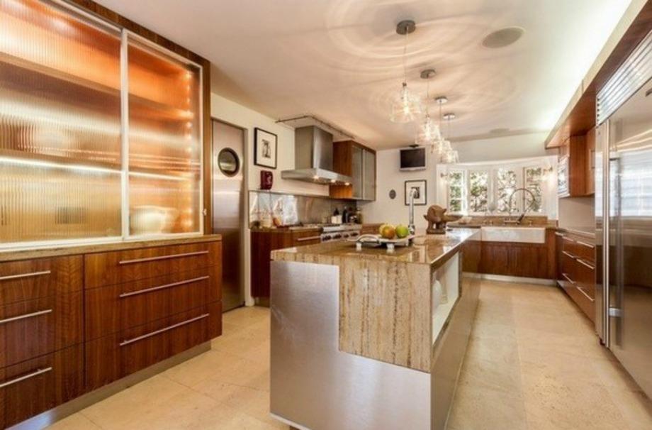 Ένα από τα πιο εντυπωσιακά σημεία του σπιτιού είναι η ευρύχωρη κουζίνα