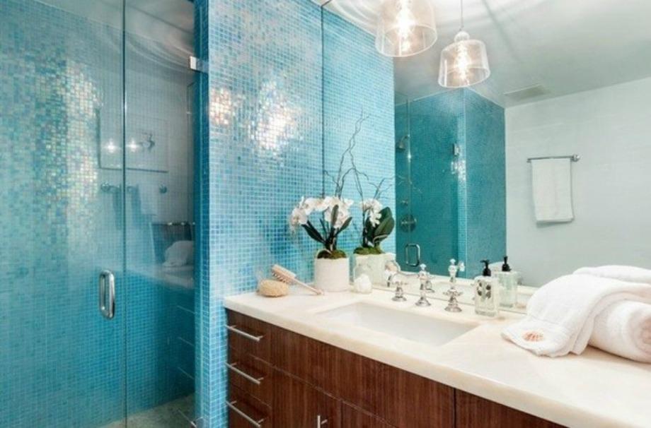 Σε ένα από τα μπάνια των φιλοξενούμενων κυριαρχεί το τιρκουάζ