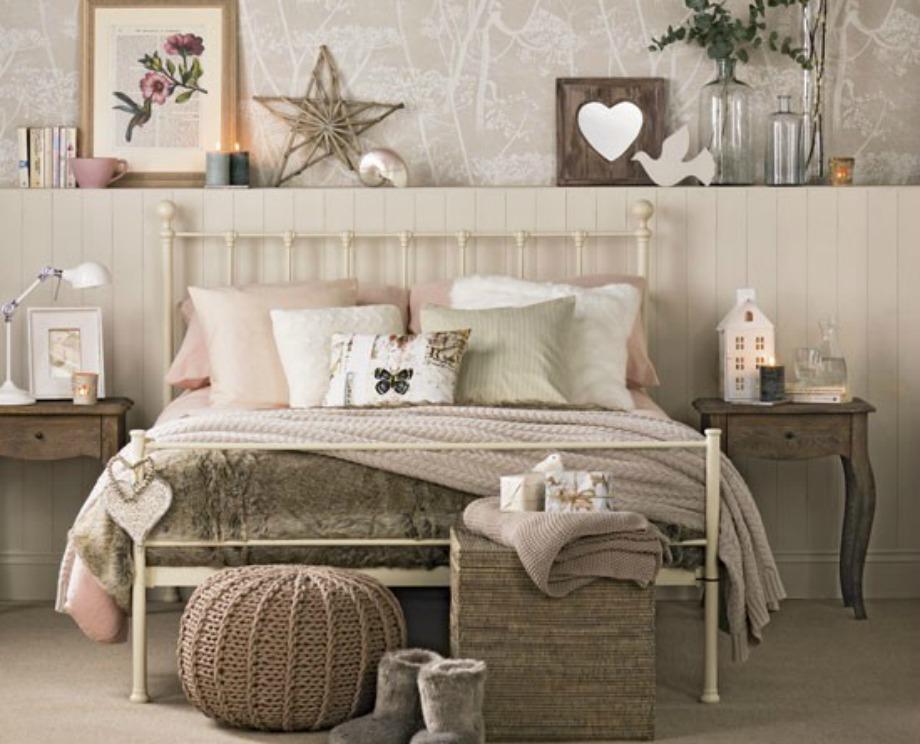 Η χρήση γήινων χρωμάτων και η επιλογή ξύλου δημιουργούν ζεστασιά σε ένα υπνοδωμάτιο