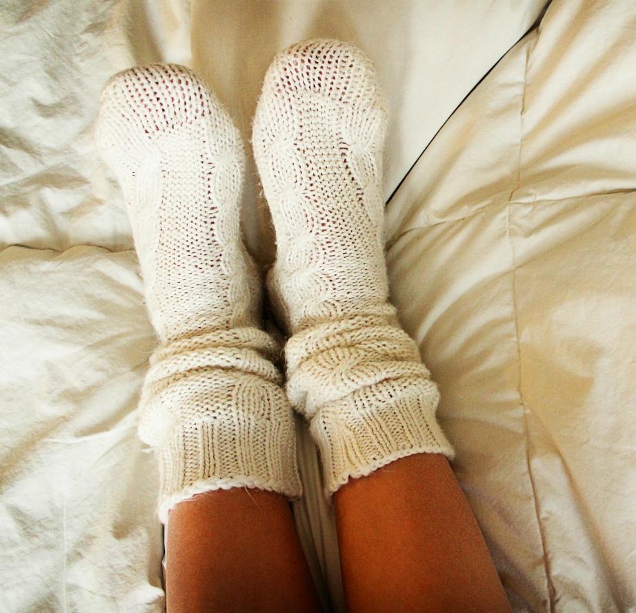 Με ένα ζευγάρι ζεστές κάλτσες και ζεστές κουβέρτες δεν χρειάζεται να καίτε κλιματιστικό τη νύχτα.