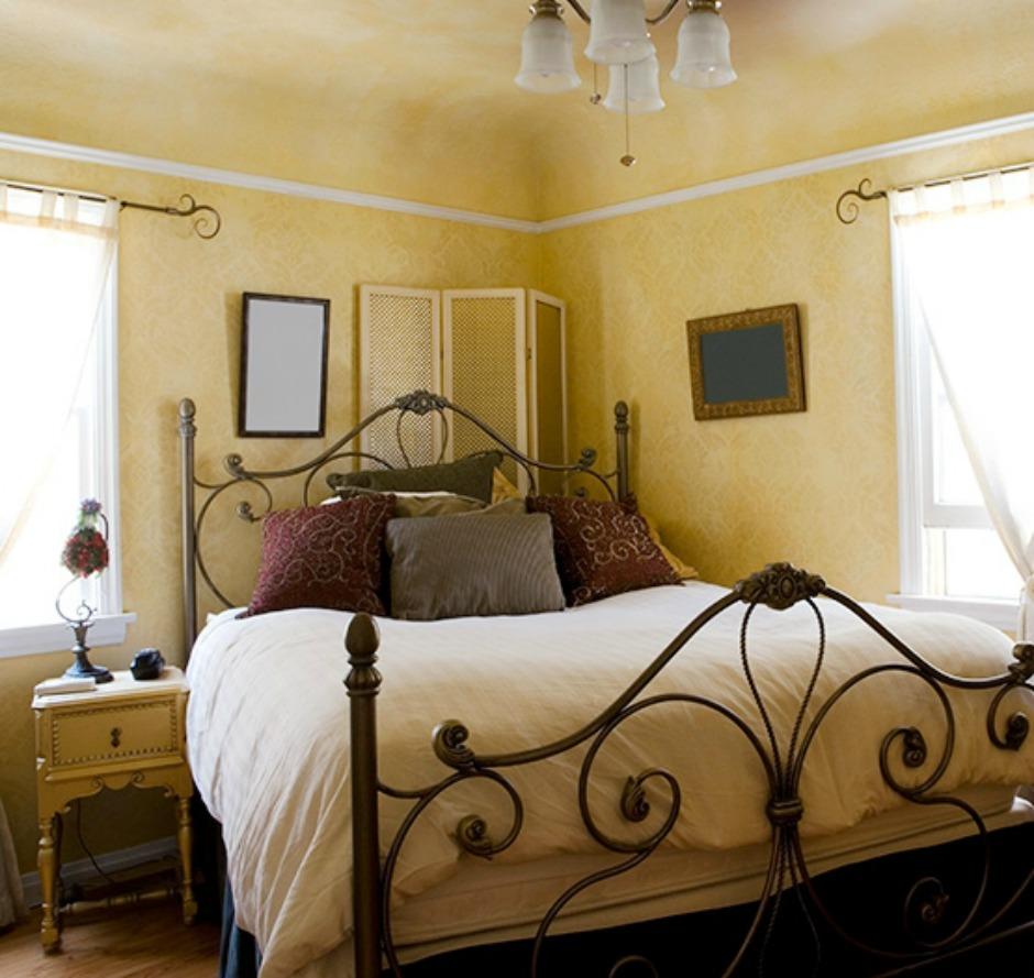 Το κρεβάτι αν είναι διπλό μπαίνει στη μέση του δωματίου για μεγαλύτερη ευκολία