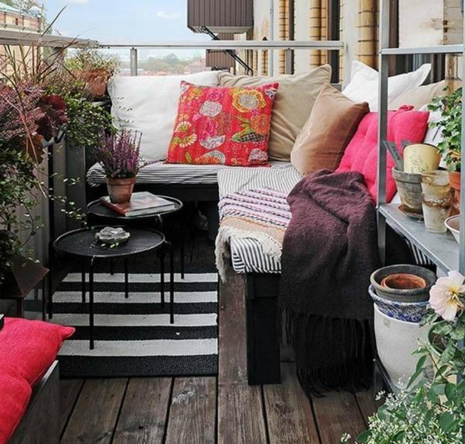 Η επιλογή υφασμάτων είναι σημαντική υπόθεση αν θέλετε να κάνετε το μπαλκόνι σας να δείχνει πι ζεστό.