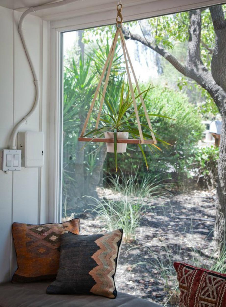 Εκμεταλλευτείτε τα παράθυρα βγάζοντας τις κουρτίνες, κρεμώντας φυτά και βάζοντας πάγκο με άνετα μαξιλάρια.