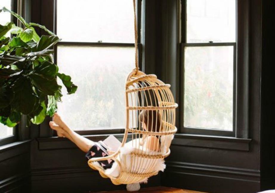 Αν θεωρείτε πως δεν υπάρχει άλλη λύση, τότε απλά προσποιηθείτε ότι βρίσκεστε στην εξοχή. Κρεμάστε μια κούνια, φτιάξτε ένα δροσερό κοκτέιλ και απολαύστε το αγαπημένο σας βιβλίο.