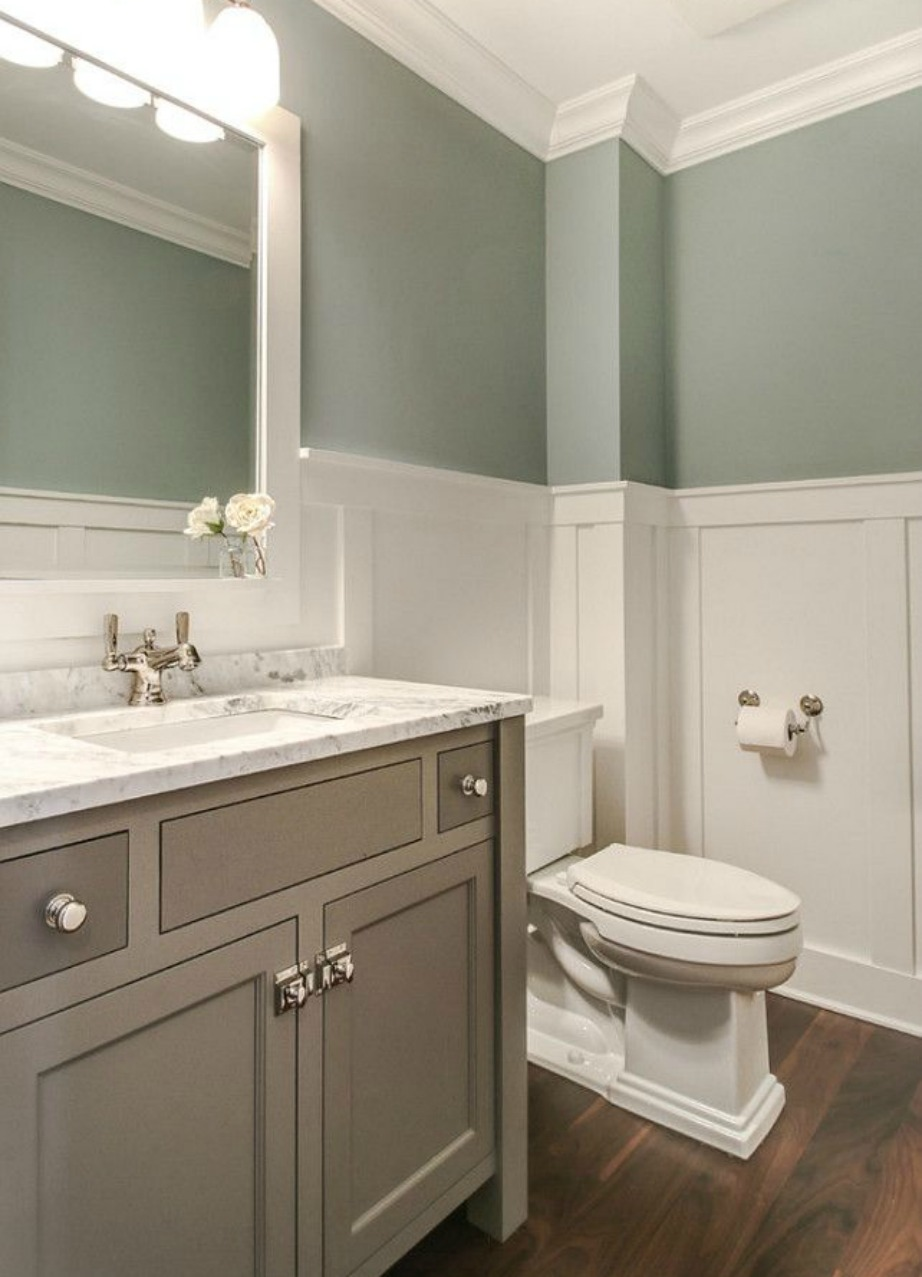 Άλλο ένα τρεντ που έχουμε δει να κυριαρχεί είναι η διχρωμία στους τοίχους. Αυτό το τρεντ το είδαμε να γίνεται μόδα σε μπάνιο αλλά και υπνοδωμάτιο.